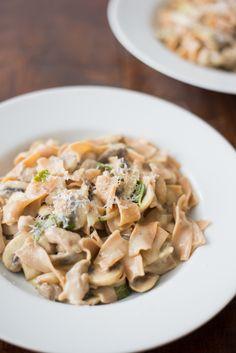 Pasta met kippendijen in lichte champignonsaus - OhMyFoodness