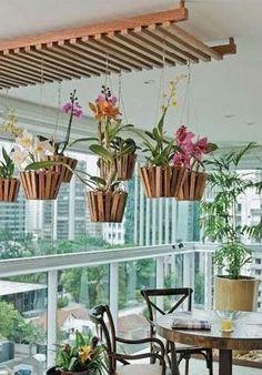 Para decorar a varanda, você só vai precisar escolher suas plantas favoritas, e um suporte para pendura-las. Fica um charme, não é?