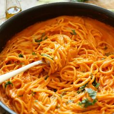 Spaghetti in red paprika sauce - Ingredients for 2 persons 2 large red peppers 2 shallots 4 garlic cloves spaghetti or linguine - Gf Pasta Recipe, Yummy Pasta Recipes, Easy Dinner Recipes, Vegetarian Recipes, Healthy Recipes, Paprika Sauce, Roasted Red Pepper Pasta, Roasted Red Peppers, Linguine