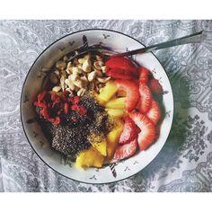 1/2 cup #glutenfree rolled oats, mango, strawberries, pineapple, 1tbsp chia seeds, small handful of chopped cashews & goji berries. #vegan #dairyfree #breakfast