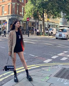 Blackpink Jisoo flaunted her chic off-duty look at the streets of London. Blackpink Fashion, Korean Fashion, Fashion Looks, Womens Fashion, Latex Fashion, Blackpink Jisoo, Kim Jennie, Banda Kpop, Black Pink ジス