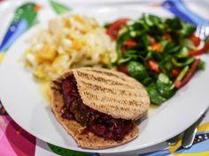 Resteverwertung bei Simone:  Reisbällchen mit Tomatensoße im Pitabrot, Chicorée-Salat (bei den Winterrezepten dabei) und den obligatorischen Feldsalat