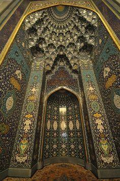 Mihrab in the main prayer hall, Sultan Qaboos Grand Mosque, Oman Architecture Antique, Art Et Architecture, Islamic Architecture, Beautiful Architecture, Beautiful Buildings, Architecture Details, Islamic World, Islamic Art, Sultan Qaboos Grand Mosque