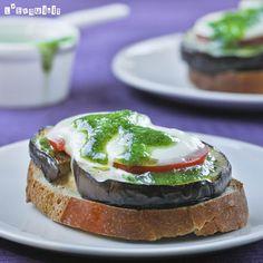 Tostadas de berenjena con tomate y pesto | L'Exquisit