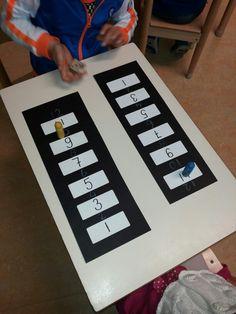 Zebrapad spel gebruik 1 dobbelsteen en laat je poppetje oversteken. Zorg dat je precies op de 12 eindigt.
