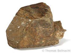 Monazit-Plutonium-Isotope kommen in Uranmineralien wie in der Pechblende, aber auch zum Beispiel im Cermineral Monazit vor. Dort bildet sich das Element durch den Einfang von Neutronen durch Uran-238, wobei sich zunächst Uran-239 und dann durch β-Zerfall Neptunium-239 und schließlich Plutonium-239 bildet. Die größte Menge des heute in der Natur vorkommenden Plutoniums stammt jedoch aus Kernwaffenversuchen und aus verglühten Satelliten, die mit plutoniumhaltigen Isotopenbatterien bestückt…