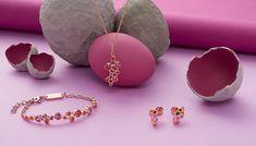 Mit seiner frischen Farbwelt aus Pink- und Orangetönen begeistert dieser Schmuck in Roségold-Optik, der durch sein verspieltes Design sommerliche Leichtigkeit versprüht. Die farbigen Swarovski® Kristalle wirken wie zufällig angeordnet und bilden mit ihren unterschiedlichen Farbnuancen einen schönen Kontrast. Mode Blog, Swarovski, Blog Love, Happy Easter, About Me Blog, Pearl Earrings, Pink, Pearls, Jewelry