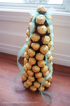Ferrero Rocher Tower Tutorial…What could be more elegant for a holiday dessert table than a tower of golden Ferrero Rocher chocolates? White Christmas Trees, Christmas String Lights, Christmas Candy, Christmas Treats, Xmas, Ferrero Rocher Chocolates, Wedding Gift Baskets, Candy Bouquet, Mariana