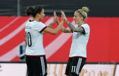 女子サッカー国際親善試合、ドイツ対ブラジル。勝利を喜び合うドイツのアーニャ・ミッターク(右)とジェニファー・マロジャン(2015年4月8日撮影)。(c)AFP/CHRISTOF STACHE ▼9Apr2015AFP|ドイツが再びブラジルを粉砕、指揮官はチームに「恋」 http://www.afpbb.com/articles/-/3044879 #friendly_match_Germany_Brazil #Anja_Mittag #Dzsenifer_Marozsán #Dzsenifer_Marozsan