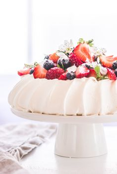 Pavlova dessert is one of a kind cake that is light as air and soft as clouds. Learn how to make authentic pavlova cake with all secrets, tips, and tricks. Lemon Curd Pavlova, Raspberry Pavlova, Meringue Pavlova, Meringue Desserts, Meringue Food, Mini Pavlova, Pavlova Toppings, Zuchinni Cake Recipes, Sweets