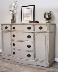34 Ideas refinishing furniture with chalk paint shabby chic dining rooms Rustic Wood Furniture, Chalk Paint Furniture, Distressed Furniture, Refurbished Furniture, Repurposed Furniture, Dining Room Furniture, Furniture Projects, Furniture Makeover, Vintage Furniture