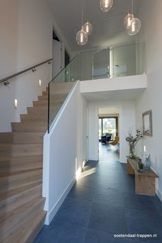 Z- trap met glas - Haus - Galerie - Interior Stairs, Interior Design Living Room, Interior Architecture, Modern Staircase, Staircase Design, House Stairs, House Inside, House Entrance, House Goals