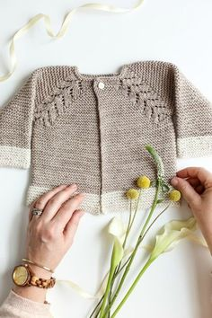 Lovely Knit Top Down Cardigan Baby Sweater A knit top down cardigan baby sweater called Norwegian Fir by Oge Knitwear Designs! This lovely and fast knit makes the perfect baby gift or layette. Diy Crochet Sweater, Baby Cardigan Knitting Pattern Free, Baby Sweater Patterns, Knitted Baby Cardigan, Knit Baby Sweaters, Cardigan Pattern, Crochet Baby, Cardigan Bebe, Sweater Cardigan