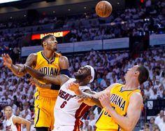 LeBron James, estrela maior dos Miami Heat, luta afincadamente pela posse da bola com Paul George (à esquerda) e Tyler Hansbrough, dos Indiana Pacers, durante o jogo 1 da final dos Playoffs da Conferência Este.  (© © REUTERS / Joe Skipper)