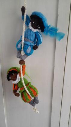 gehaakte zwarte pieten patroon Baby Vans, Christmas Decorations, Christmas Ornaments, Yule, Most Beautiful Pictures, Giraffe, Crochet Necklace, December, Crochet Patterns