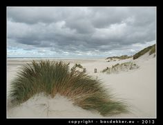 strand met duinen en wolkenlucht op waddeneiland, strand Terschelling, paal 18, Oosterend - Terschelling