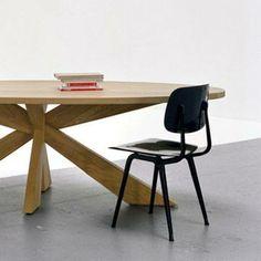 De ovale tafel Longlegs is het bekendste ontwerp van Arp. Een mooie en vooral praktische tafel. Want dankzij de kruispoot in het midden, is de beenruimte overal maximaal. De Longlegs is ideaal als eettafel, maar ook als vergadertafel. Deze design ovale tafel is verkrijgbaar in verschillende formaten en afwerkingen, van massief hout tot strak gespoten MDF. Sinds kort hebben wij ook een adres in Belgie waar u de tafel kunt zien! Stuur hiervoor een mail naar info@arpdesign.com