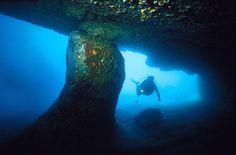 Cueva submarina en la Ahogada, Archipiélago de los Roques,Venezuela Fotografia: Humberto Ramirez Nahim