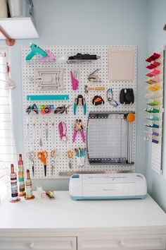 Something turquoise peg-board tool wall habitación craft room storage, cric