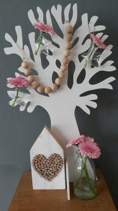 De seizoenenboom met glazen vaasjes in de vorm van een ster ( € 4,95) en een slinger van houten kralen. De kralen zijn ook los verkrijgbaar in diverse maten. Helemaal hip! http://www.mmkado.nl