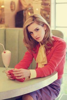 Эмма Уотсон в красной кофте, фиолетовой юбке и желтом шарфике