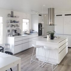 Camillas kök Office Interior Design, Interior Design Living Room, Kitchen Dinning, Kitchen Decor, Voxtorp Ikea, White Kitchen Interior, Buy My House, Küchen Design, Apartment Kitchen