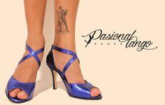 Cuero azul metalizado con detalles en transfer azul y tiras cruzadas
