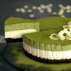 This is a recipe for the lightest, softest Japanese matcha sponge cake. Check out this simple recipe for Matcha Green Tea Sponge Cake. Recipe by Asian Inspirations. Flourless Chocolate Cakes, Homemade Chocolate, White Chocolate Mousse Cake, Cake Chocolate, Chocolate Blanco, Chocolate Cheesecake, Desserts Japonais, Matcha Dessert, Savoury Cake