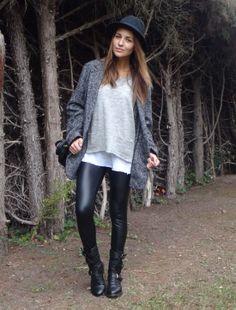 """Paula Echevarria. leggings de CALZEDONIA, top básico blanco de ZARA, jersey de lana fina de YERSE, botas de ZARA, chaquetón """"oversize"""" de MANGO, sombrero de H y bolso CHLOE."""
