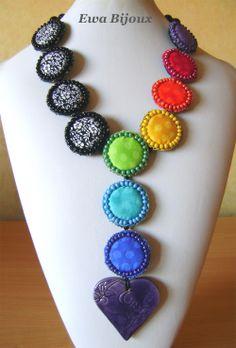 """Collier """"Le Pardon"""" avec pendentif en céramique, médaillons brodés en tissu et perles en bois."""
