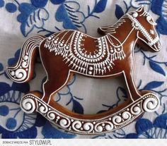 Rocking horse, gorgeous piping, konik-gingerbread ideas by medovniky. Iced Cookies, Cute Cookies, Cookies Et Biscuits, Cupcake Cookies, Christmas Sugar Cookies, Holiday Cookies, Christmas Desserts, Christmas Baking, Christmas Gingerbread House