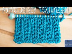 A beautiful variant of the Stockinette stitch: Elegant, easy to knit, textured, and it doesn't roll up! In this tutorial you'll learn the Textured Stockinette knitting stitch pattern, step by step. Knitting Stiches, Loom Knitting, Knitting Needles, Baby Knitting, Knitting Scarves, Crochet Stitches, Knit Stitches For Beginners, Soy Woolly, Stitch Patterns
