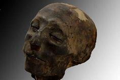 1- 2017: Este est el verdarero rostro de una momia de 3.500 anos. - El cráneo de la momia Nebiri 1479 av JC. En 1904, el investigador italiano Ernesto Schiaparelli encontro los restos de la momia. Una cabeza muy bien preservada y jarras que contenian algunos de sus organos internos. Sin embargo, su salto a la fama se produjo hace dos anos cuando lograron determinar que habia sido mas antiguo - del que se tiene registro- de insuficiencia cardiaca cronica.
