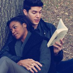 such a great date idea: reading in the park.