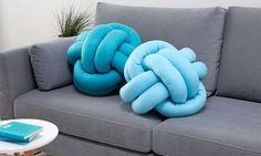 Polster - Kissen - KNOTENKISSEN, so heißt der neue Trend, der gerade in unseren Wohnzimmern Einzug hält. Anleitung für Knotenkissen DIY findest du hier!