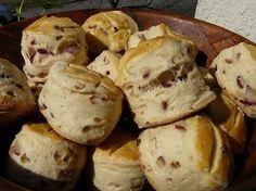Chokolade scones er perfekte til teen eller kaffen. Denne opskrift på chokolade scones er særligt populær.