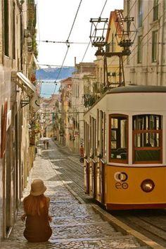 Un tranvía circulando por las calles empedradas de Lisboa.
