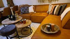 Woonkamerinspiratie, een cognac bankstel is altijd een goed idee en zal hoe dan ook altijd zorgen voor de 'wowfactor' in je interieur Couch, Furniture, Home Decor, Settee, Decoration Home, Sofa, Room Decor, Home Furnishings, Sofas