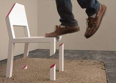 ピーター・ブリストルのCut Chairという椅子。厚い鉄板でできたカーペットまでが椅子であり、頑丈に溶接されている。そのため後ろ足1本で自立することができている。