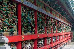 Los trabajos en madera de Tōzai Kairō y Kugurimon, en el santuario Toshogu de Nikkō