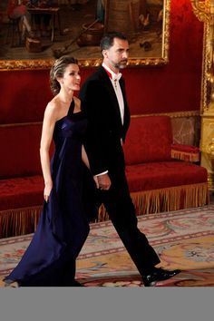 Queen Letizia of Spain Photos Photos - Princess Letizia of Spain and Prince Felipe of Spain attend a Gala Dinner honouring of the Emir of the State of Qatar Sheikh Hamad Bint Khalifa Al-Thani at the Royal Palace on April 25, 2011 in Madrid, Spain. - Gala Dinner in honour of the Emir of the State of Qatar and Sheikha Mozah Nint