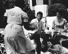 1957. Avril, Mai ou Juin. Jack et Jackie à Hickory Hill. Une nièce, Kathleen Hartington Kennedy au premier plan en bas à droite