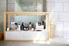 Kyu Coffee Bar – Minimalist Coffee Kiosk At Raffles Place, Outside Prudential Tower Japanese Coffee Shop, Small Coffee Shop, Coffee Shop Design, Coffee Shop Counter, Coffee Bars In Kitchen, Bar Counter, Kiosk Design, Booth Design, Signage Design