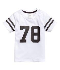 要チェック! メッシュ素材のTシャツ。バックと袖はコットンジャージー素材。フロントと袖にプリントのデザイン入り。ショルダーにスナップボタン付き。 – hm.com でもっとチェックしよう。
