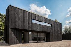 Villa near Rotterdam, Netherlands, by FillieVerhoeven Architects Villa Design, Roof Design, Facade Design, House Design, Wood Architecture, Minimalist Architecture, Architecture Details, Cladding Design, House Cladding