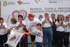 El gobernador Javier Duarte de Ochoa al momento de dar el  banderazo de inicio de la VI Caminata de Adultos Mayores organizada por el DIF Estatal en la ciudad de Xalapa