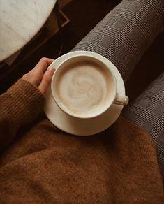 Coffee Date, Coffee Break, Morning Coffee, Aesthetic Coffee, Brown Aesthetic, Cozy Aesthetic, Autumn Aesthetic, Coffee Drinks, Coffee Cups