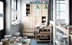 Ein Porzellanladen mit IVAR Aufbewahrungskombi in Kiefer und FÖRHÖJA Servierwagen in Birke
