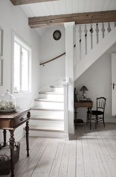 stairs and hall Casa rural danesa / Danish Cottage Style At Home, Sweet Home, Cool Countries, Home Fashion, Stairways, Design Case, My Dream Home, Farmhouse Style, Cottage Farmhouse