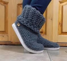 """Botas Tejidas de """"TejiendoTe"""" en Rosario """"If you're curious how to crochet on flip flops, this post will answer all your questions including if they fall a Crochet Slipper Boots, Slipper Socks, Crochet Slippers, Love Crochet, Diy Crochet, Crochet Baby, Crochet Designs, Crochet Patterns, Pinterest Crochet"""